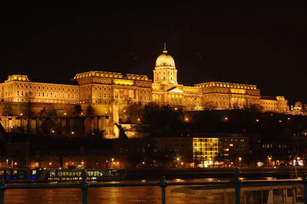 Будапешт, отель Buda Castle ночью