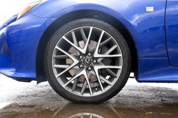 Стандартные шины для версии F Sport – размерности 225/45 R17, но у нас опционные 235/40 R19.