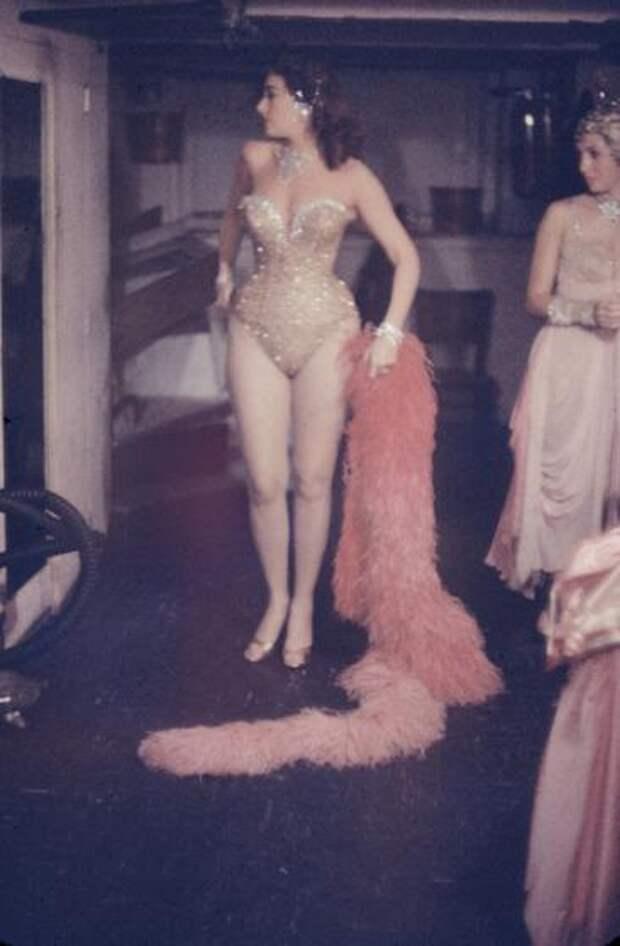 Танцовщицы ночного клубе в закулисье. Нью-Йорк, 1958 год.