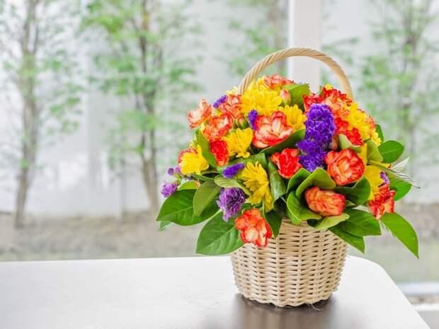 Что подарить на 8 марта: корзина с цветами из конфет