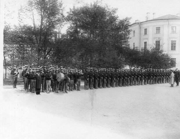 09. Военные занятия воспитанников перед зданием института