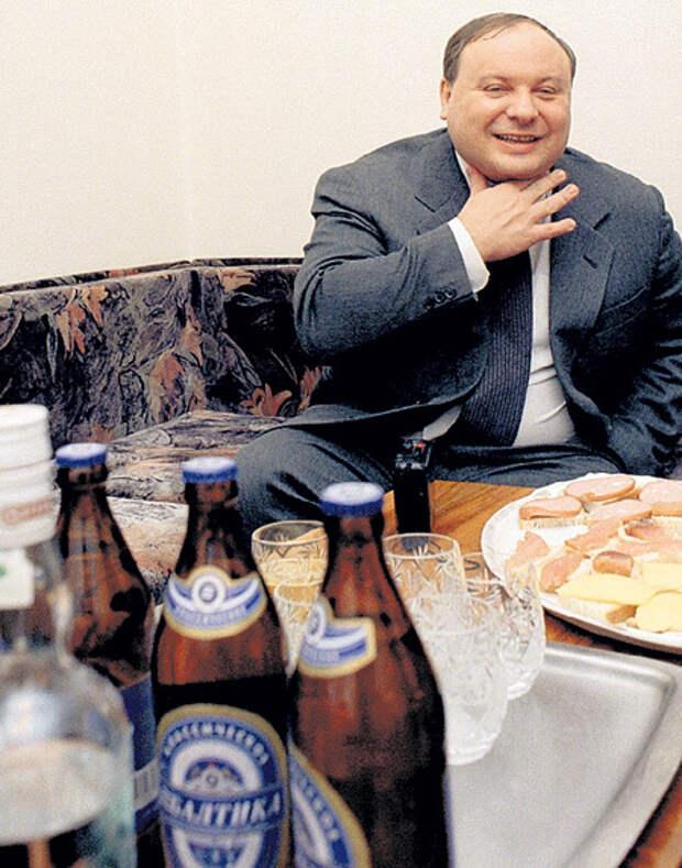 Егор Тимурович любил закладывать за воротник. Многие его сотрудники считают, что он умер от алкоголизма. Фото Владимира ВОРСОБИНА/«Комсомольская правда»