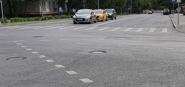 Люки на улице Маршала Новикова не будут греметь после ремонта