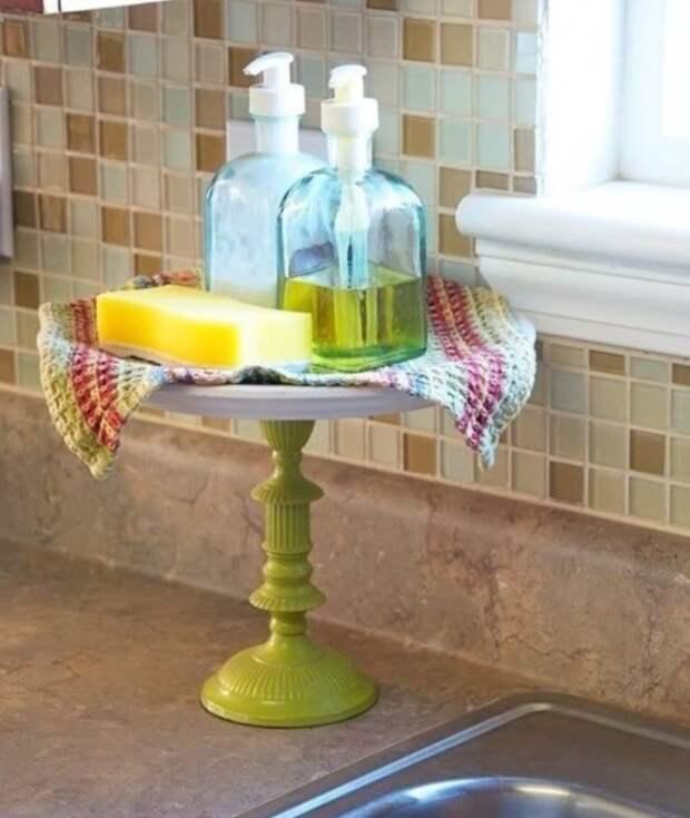 Подставка для пирожных придаст винтажности ванной комнате.