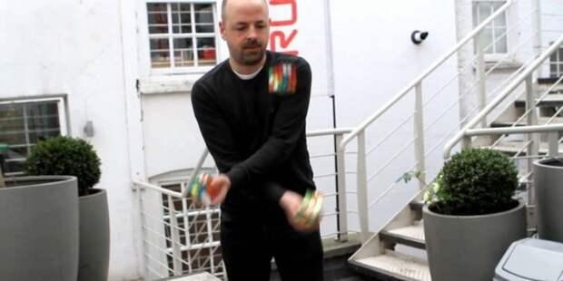 Как собрать 3 кубика Рубика за 20 секунд, жонглируя ими