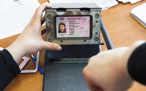 Россиянам чаще выдают водительские права и реже - лишают