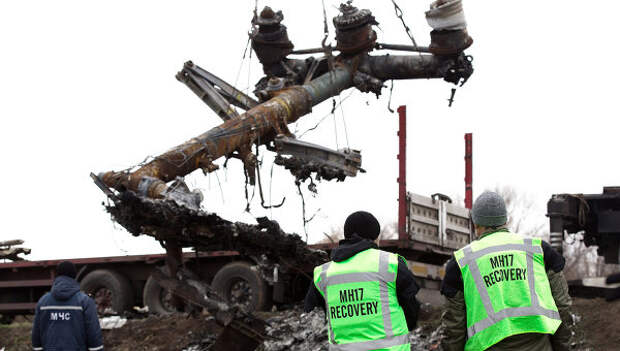 Эксперты из Нидерландов на месте крушения боинга, выполнявшего рейс MH17 из Амстердама в Куала-Лумпур. Архивное фото