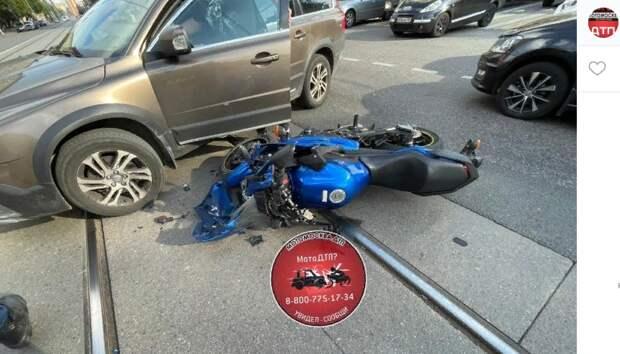 Внедорожник снес мотоциклиста на Красноказарменной