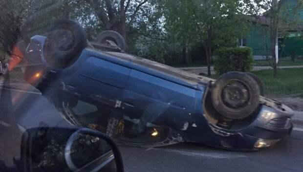 Автомобиль перевернулся на дороге в Подольске