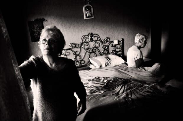 Черно-белая серия снимков о борьбе одной семьи с болезнью Альцгеймера