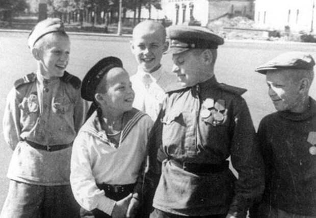 «На фотографии в газете…»: стихотворение Риммы Казаковой о детях-героях войны