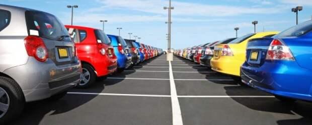 Новые автомобили Nissan на площадке дилера
