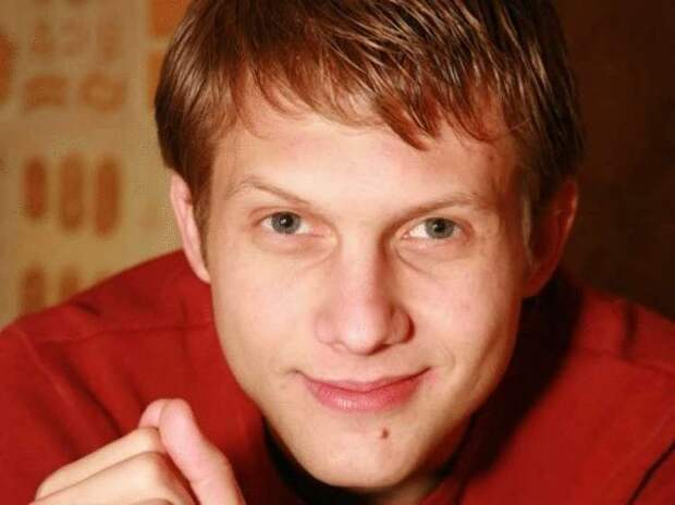 В 37 лет, Корчевников живет с мамой в маленькой квартирке