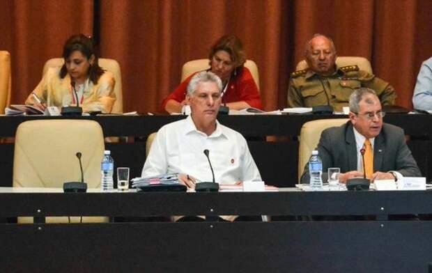 Новый глава Республики Куба Мигель Диас-Канель (по центру)