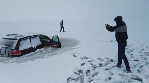 В Эстонии автовладелец решил прокатиться по тонкому льду touareg, volkswagen, лед