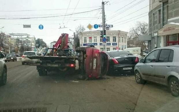 """Lada Kalina упала """"побила"""" припаркованный Jaguar"""