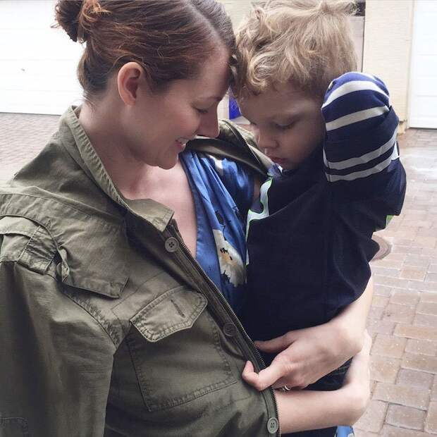 сын одевает маму