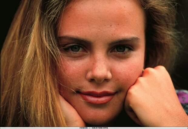 Молода и прекрасна: редкие фотогравии юной Шарлиз Терон