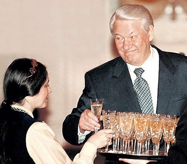 """Больше всего Ельцин любил смешивать водку с шампанским – коктейль """"Северное сияние"""". В теленовостях это называлось работой с документами."""