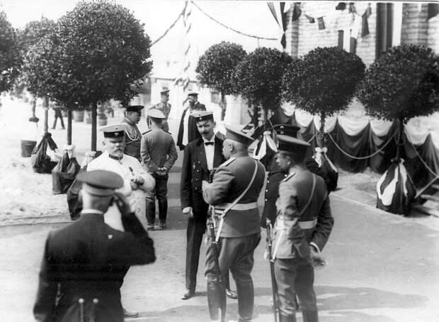 03. Группа офицеров на плацу в ожидании начала парада