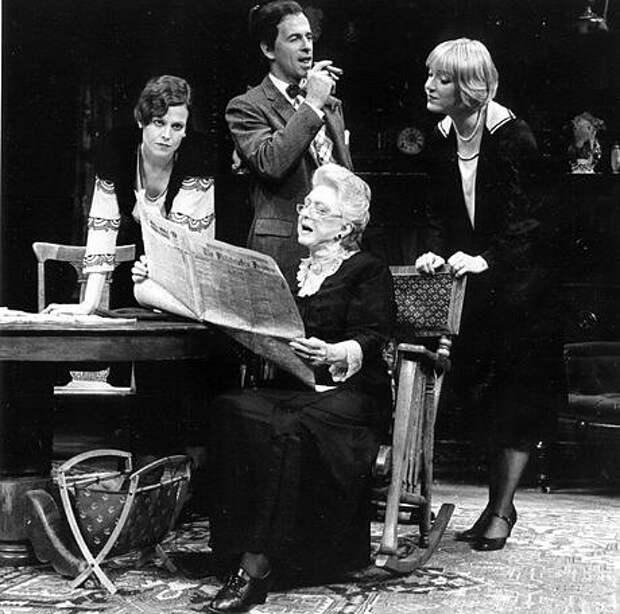 Сигурни Уивер на сцене театра.