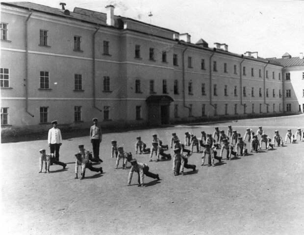 06. Гимнастические упражнения воспитанников на площадке перед зданием института