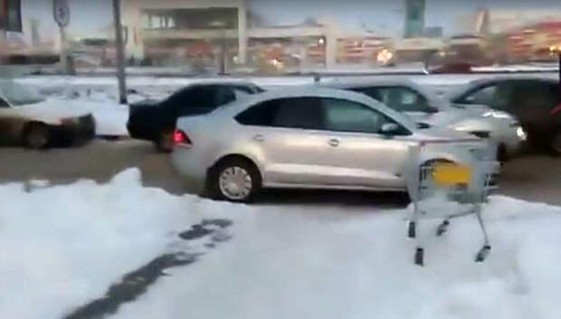 Урок автохаму: пешеход идет сквозь автомобиль