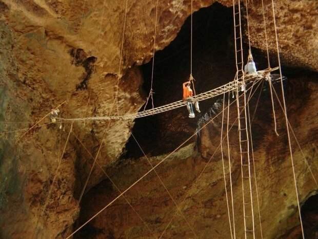 Пещера, где добывают ласточкины гнезда