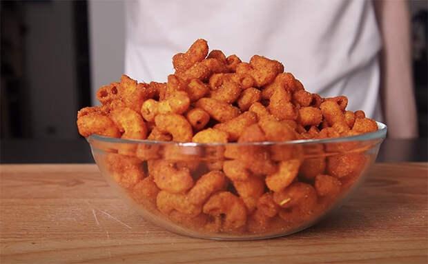 Сделали из макаронов настоящие чипсы: 5 минут варим, после чего опускаем в кипящее масло
