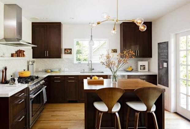 Очень теплая кухня венге. Игра темных и светлых оттенков дерева в интерьере придает комнате толику уюта