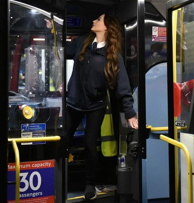 «Слишком красива», чтобы работать по этой профессии. 24-летняя водит автобус и любит свою работу