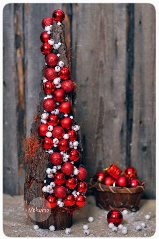 елочка из полена и красных шаров