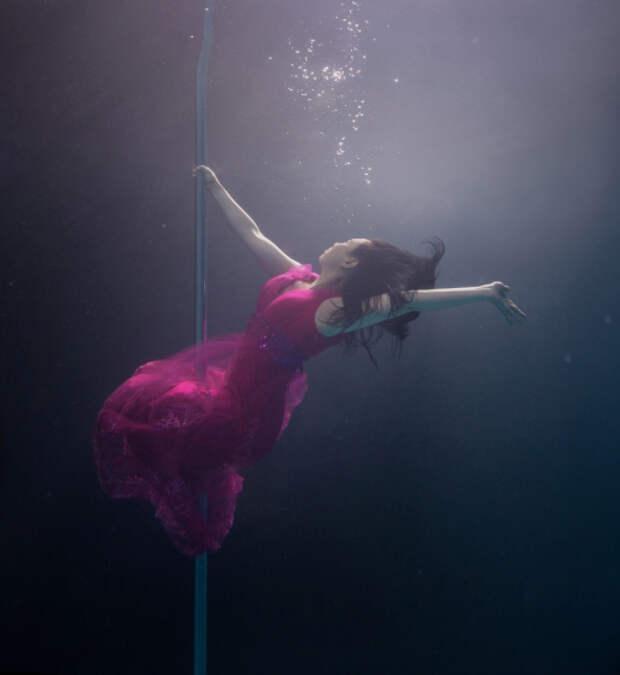 Танец на пилоне под водой
