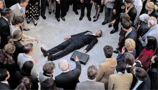 толпа вокруг упавшего в обморок мужчины