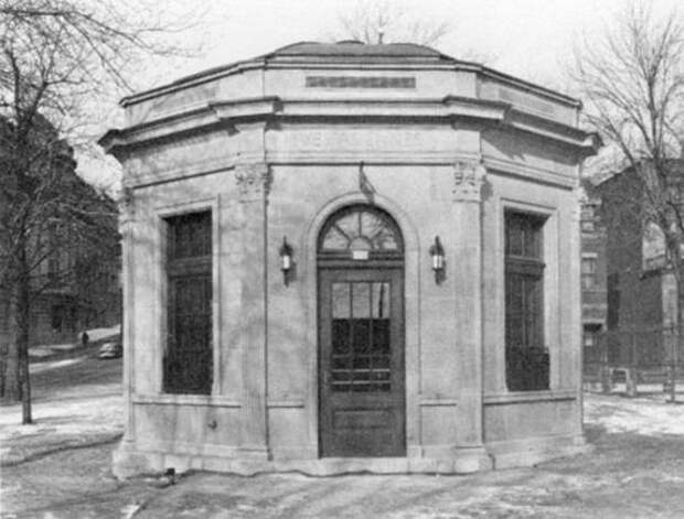 Vespasienne - общественный туалет в Монреале (Квебек, Канада)