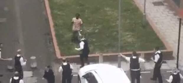 Европа: Одиннадцать полицейских убегают от одного мигранта