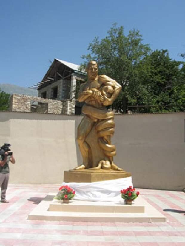 Памятник Абдурахманову изображает его борьбу с удавом.