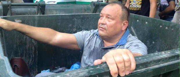 """Одесскому политику, защитнику русского языка, устроили """"мусорную люстрацию"""": пострадавшему оказывают медицинскую помощь"""