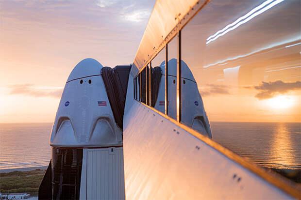 Впервые в истории частная компания отправила людей в космос. Илон Маск ликует!