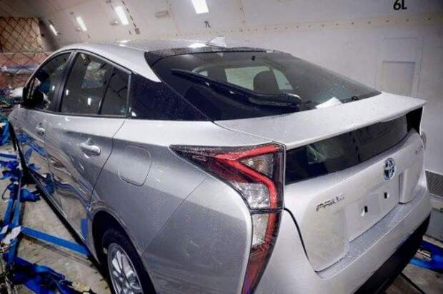 2016-toyota-prius-spotted-in-the-metal-camouflage-is-gone-we-see-many-mirai-features_2