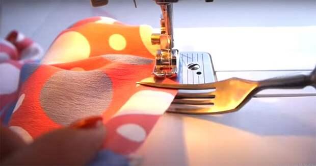 Гениальная идея: делаем ровные складки на ткани при помощи простой вилки