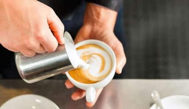 Идеальный горячий напиток: 7 советов, которые помогут взбить молоко без машины