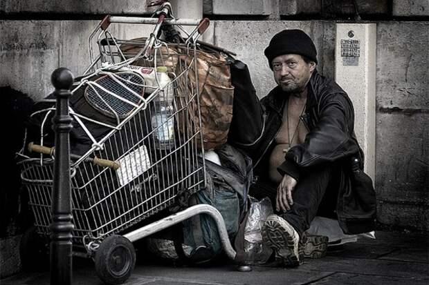 Украинцы в Европе едят отходы и не могут вернуться домой