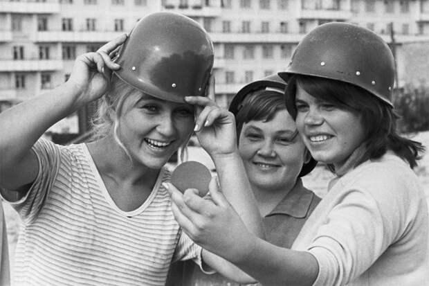«Ночь — работе не помеха!». Как комсомолки покоряли Москву и комсомольцев