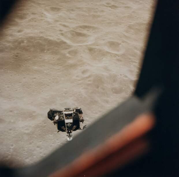1969. май. Операцию по причаливанию и стыковке осуществил Янг, произведя стыковку в 106 часов 22 минуты полётного времени. Раздельный полёт командного и лунного модулей продолжался примерно восемь часов. На снимке ЛМ «Снупи» подлетающий к КМ «Чарли Браун»