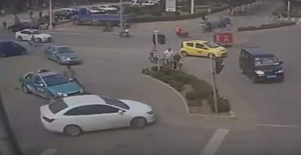 Одним больше, одним меньше: китайский водитель не пощадил ни людей, ни машины (18+)
