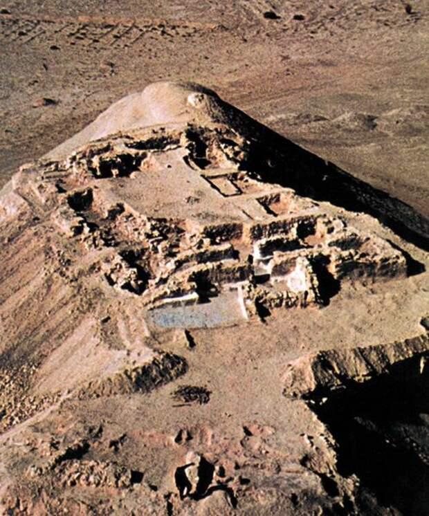 Святилище Кунтиллет Аджруд на Синае (9-8 вв. до н.э.) , где также были найдены вотивные надписи богу Яхве и его жене Ашере.