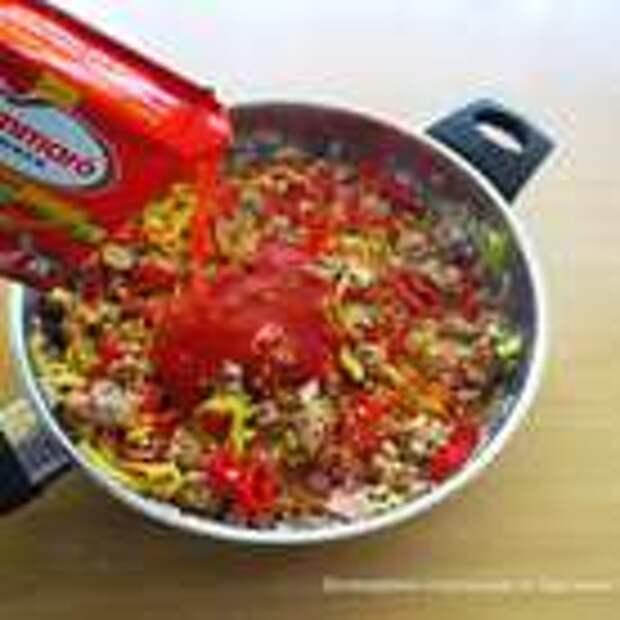 Добавить томат пасту, соль, перец, специи и хорошо перемешать, тушить до готовности.