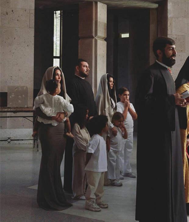 Ким и Кортни Кардашьян с детьми, Наири Срапионяном и другими священниками