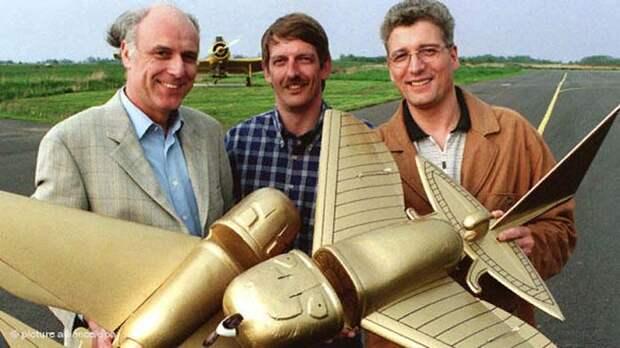 Авиаконструкторы с моделями, созданными на основе древних украшений